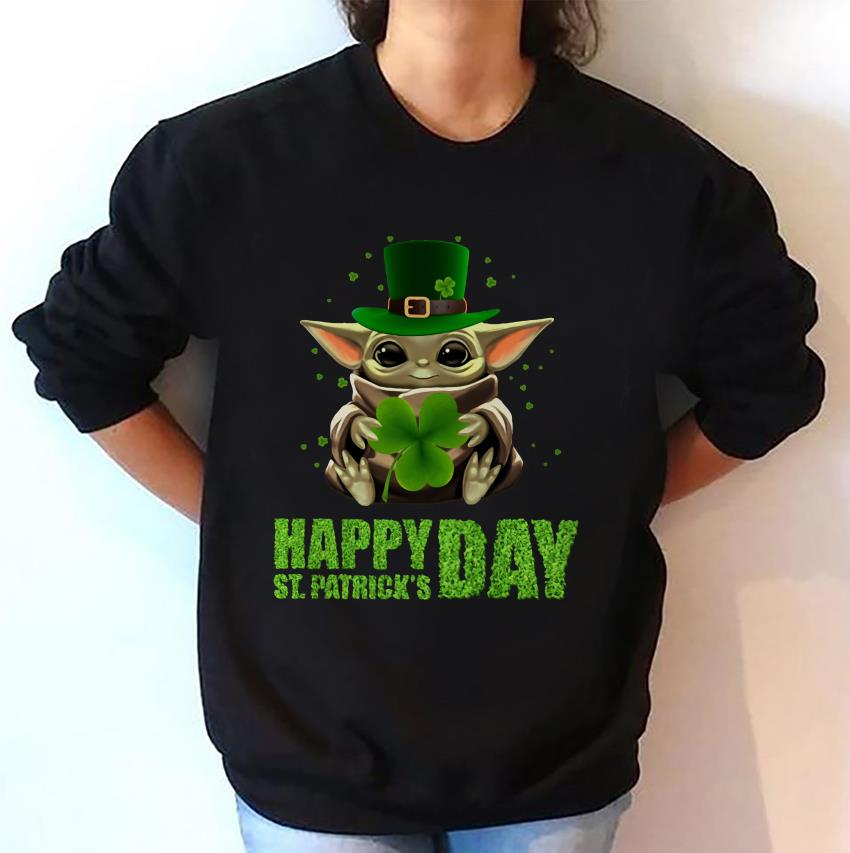 Baby Yoda hugs Shamrock Patrick day sweat-shirt