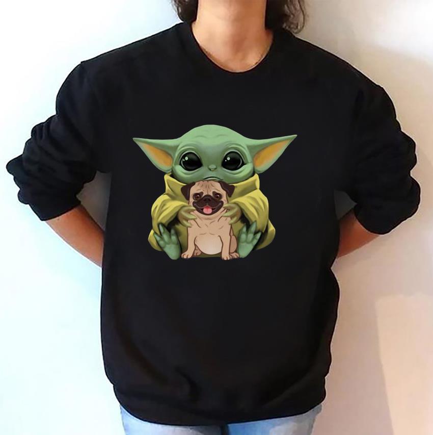 Baby Yoda Mandalorian hugs Pug dog sweat-shirt